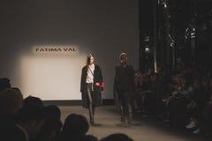 Modelos que caminan la pista en la caída de Fatima Val/el coll del invierno 2015/16 Imagen de archivo