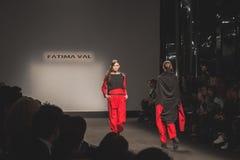 Modelos que caminan la pista en la caída de Fatima Val/el coll del invierno 2015/16 Imagenes de archivo