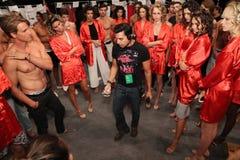 ¡Modelos que consiguen listos entre bastidores antes del KYBOE! desfile de moda Fotos de archivo libres de regalías