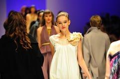 Modelos que muestran diseños de Alldressedup en Audi Fashion Festival 2011 Imagenes de archivo