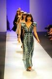 Modelos que muestran diseños de Alldressedup en Audi Fashion Festival 2011 Foto de archivo