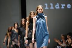 Modelos que muestran diseños de Alldressedup en Audi Fashion Festival 2012 Fotos de archivo