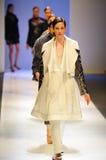 Modelos que muestran diseños de Antonio Berardi en Audi Fashion Festival 2011 Imágenes de archivo libres de regalías