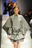 Modelos que muestran diseños de Antonio Berardi en Audi Fashion Festival 2011 Fotografía de archivo