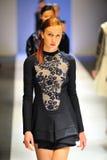 Modelos que muestran diseños de Antonio Berardi en Audi Fashion Festival 2011 Imagen de archivo libre de regalías