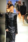 Modelos que muestran diseños de Antonio Berardi en Audi Fashion Festival 2011 Imagen de archivo