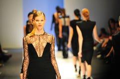 Modelos que muestran diseños de Antonio Berardi en Audi Fashion Festival 2011 Fotos de archivo