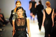 Modelos que muestran diseños de Antonio Berardi en Audi Fashion Festival 2011 Foto de archivo