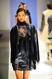 Modelos que muestran diseños de Antonio Berardi en Audi Fashion Festival 2011 Foto de archivo libre de regalías