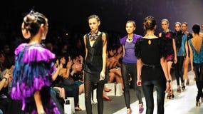 Modelos que muestran diseños de Swarovski en Audi Fashion Festival 2011 Foto de archivo libre de regalías