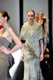 Modelos que muestran diseños de Zac Posen en Audi Fashion Festival 2012 Imágenes de archivo libres de regalías