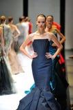 Modelos que muestran diseños de Zac Posen en Audi Fashion Festival 2012 Imagen de archivo libre de regalías