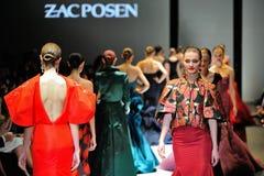 Modelos que muestran diseños de Zac Posen en Audi Fashion Festival 2012 Fotos de archivo libres de regalías
