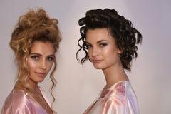 Modelos que presentan entre bastidores antes de la demostración nupcial de la pista de la colección de Julie Vino Havana 2018 Imagenes de archivo