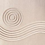 Modelos rastrillados de la arena en japonés Zen Garden imagenes de archivo