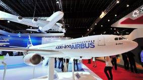 Modelos A330-200 y A380 de Airbus en la exhibición en la cabina de Airbus en Singapur Airshow Foto de archivo libre de regalías