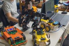 Modelos y ordenadores portátiles del equipo en la tabla en la robótica foto de archivo