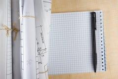 Modelos y rollos arquitectónicos del modelo en el fondo blanco Fotos de archivo