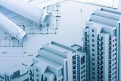 Modelos y rollos arquitectónicos del modelo en el fondo blanco Fotos de archivo libres de regalías