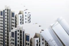 Modelos y rollos arquitectónicos del modelo en el fondo blanco Imagenes de archivo