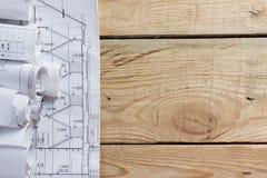 Modelos y rollos arquitectónicos del modelo en fondo de madera Imagenes de archivo