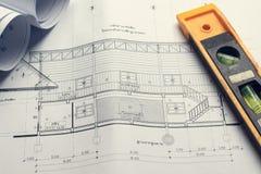 Modelos y rollos del modelo e instrumentos de un dibujo arquitectónicos en la mesa de trabajo Fotos de archivo