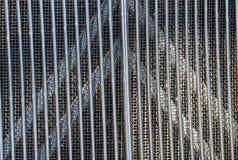 Modelos y texturas cuadrados de rejilla detrás de las barras de metal de Verticle Imágenes de archivo libres de regalías