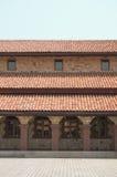 Modelos y ventanas del tejado de teja roja Foto de archivo libre de regalías