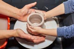 Modelować glina na garncarki ` s toczy Wewnątrz ceramicznego warsztat zdjęcia stock