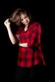 Modelred flannel shirt die Haar trekken Royalty-vrije Stock Afbeeldingen