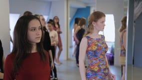 In modelschool bevinden de vrouwen zich voorbereidingen treffend voor modeshow stock footage