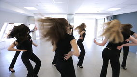 In modelschool herhalen de wijfjes dansbewegingen stock video