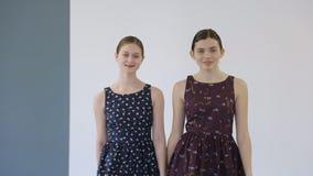 In modelschool loopt de jonge wijfjes op baan stock footage