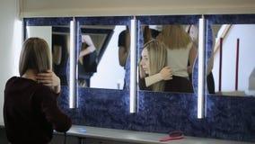 In modelschool maakt het jonge wijfje kapsel stock footage