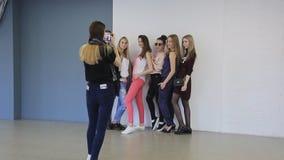 In modelschool nemen de jonge wijfjes foto's stock footage