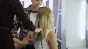In modelschool treft de vrouw aan modeshow voorbereidingen stock videobeelden