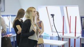 In modelschool worden de jonge wijfjes klaar voor modeshow stock footage