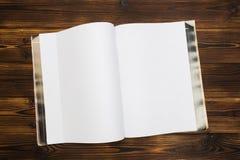 Modeltijdschrift of catalogus op houten lijst stock afbeelding