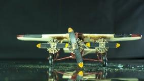 Modeltinvliegtuig op zwarte grond stock foto's