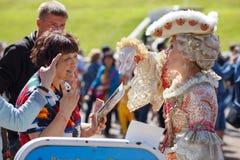 Modeluje w antycznym dworskim kostiumu w Peterhof parku Święty Peterbug, Rosja Obraz Royalty Free