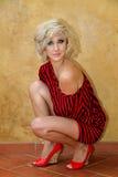 Modeluje z czernią i czerwień paskującą nietoperza skrzydła puloweru suknią Zdjęcia Stock