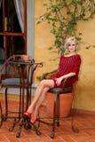 Modeluje z czernią i czerwień paskującą nietoperza skrzydła puloweru suknią Zdjęcie Royalty Free