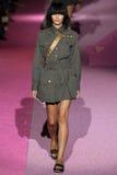 Modelveridiana ferreira loopt de baan in Marc Jacobs tijdens Mercedes-Benz Fashion Week Spring 2015 Stock Afbeeldingen