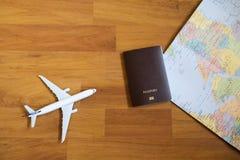modelvliegtuigen met neutrale paspoort en kaart Royalty-vrije Stock Afbeelding