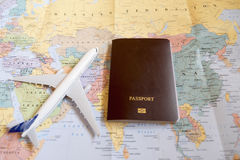 modelvliegtuigen met neutrale paspoort en kaart Stock Afbeelding