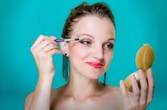 Modelvrouw die oogschaduw toepassen Stock Foto