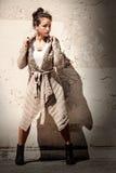 Modelvrouwen grunge achtergrond Uitgestrekt been Wolsweater royalty-vrije stock foto