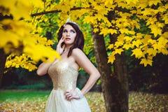 ModelWearing een Witte Kleding en een Tiara stock fotografie