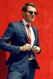 Modelzakenman in een blauwe kostuum en een band stock fotografie