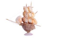Modelzeilboot van zeeschelpen op een geïsoleerde achtergrond Stock Afbeeldingen